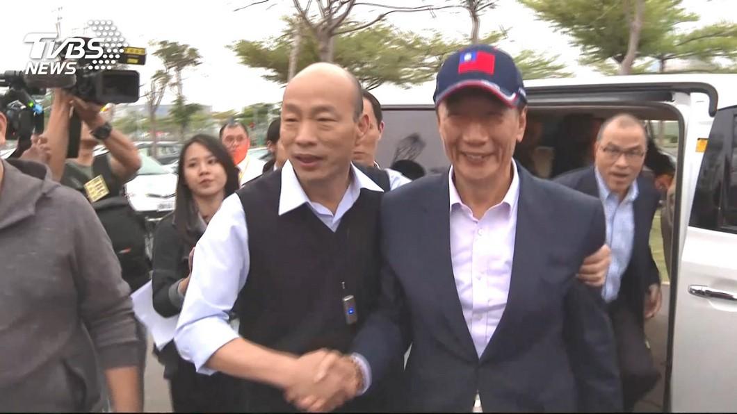 鴻海董事長郭台銘(右)強調參選不是要卡韓國瑜(左)。圖/TVBS資料畫面 「參選不為卡韓」他是兄弟  郭台銘:讓人民多一種選擇