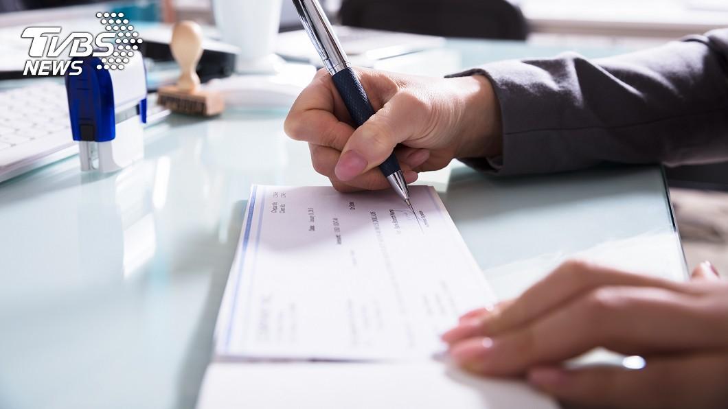 一名女業助被老闆和女會計逼簽本票,甚至還被苛扣9個月薪資讓她做白工。(示意圖/TVBS) 存資料進隨身碟…女業助被誣洩機密 惡老闆逼簽千萬求償