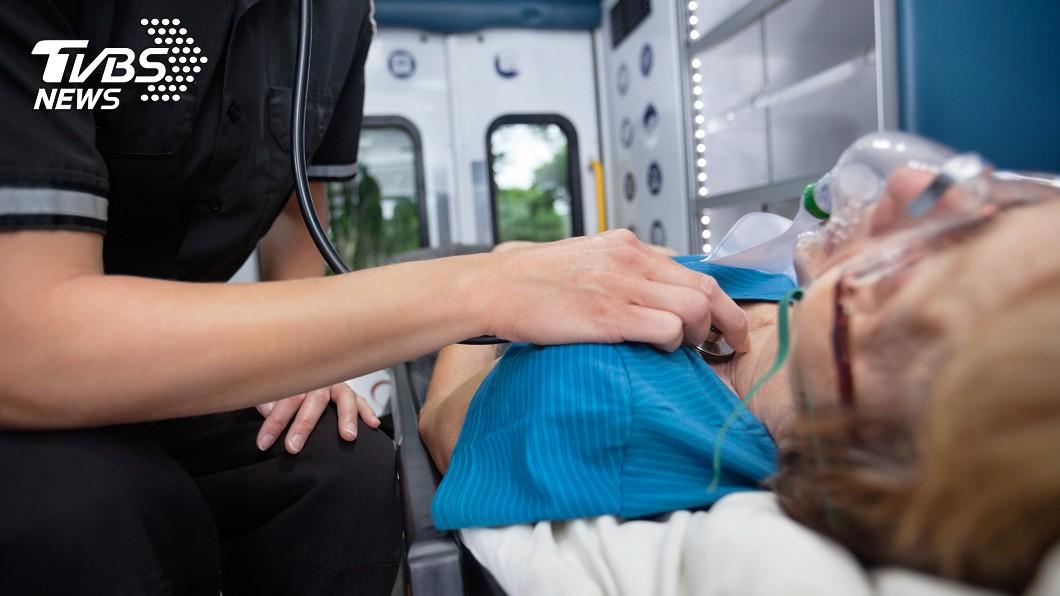 示意圖/TVBS 離奇!救護車狂飆「強碰坑洞」 病患心跳2百竟恢復正常