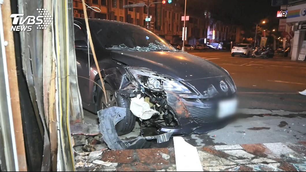 圖/TVBS 疑高速轉彎失控 轎車直撞進轉角臭臭鍋店