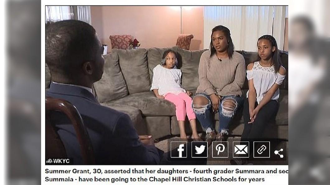 美國俄亥俄州2名就讀小學的女童,日前遭校方開除,母親十分不滿。(圖/翻攝自每日郵報) 生父不同人!姊妹被小學退學 校方:妳們母親通姦