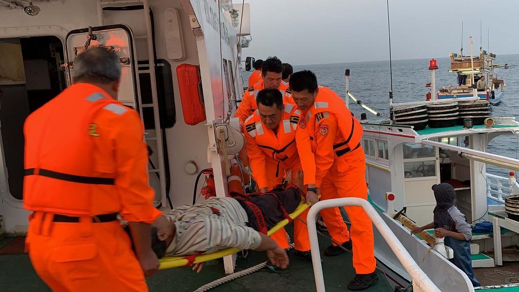 圖/澎湖海巡隊提供 船長昏迷漁船漂流 澎海巡火速救人