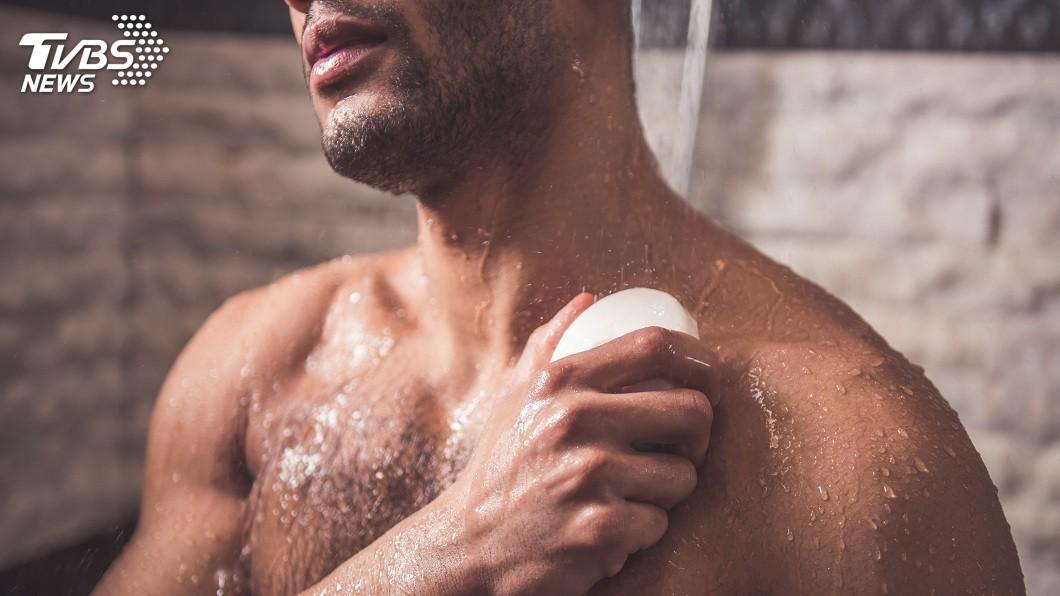 一名男子嫌友人都不洗澡散發惡臭還屢勸不聽,一氣之下把對方打死。(示意圖/TVBS)