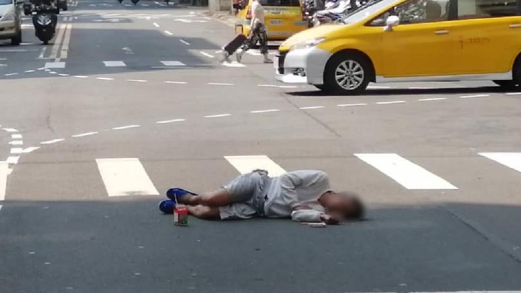圖/翻攝爆料公社 完美躲太陽!短褲男躺路口「腳邊放這瓶」 網酸:內行人