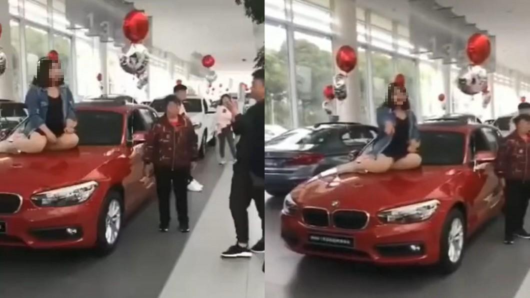 圖/翻攝自 微博 豐腴妹坐BMW抗議…引擎蓋秒凹陷 店家看傻眼