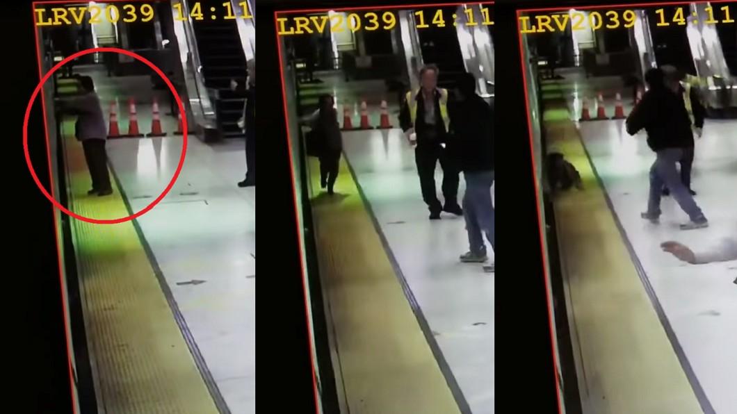 圖/翻攝自 YouTube 婦手被車門夾住 2秒後...整個人被電車「吞噬」