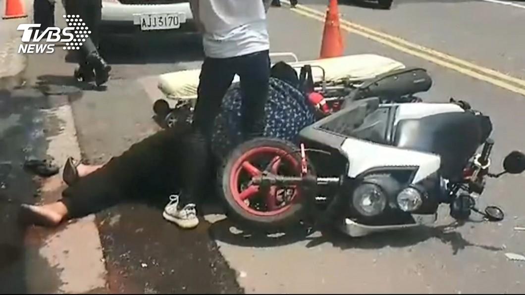 圖/TVBS 痛!穿越馬路遭撞 機車中柱「貫穿」路人手臂