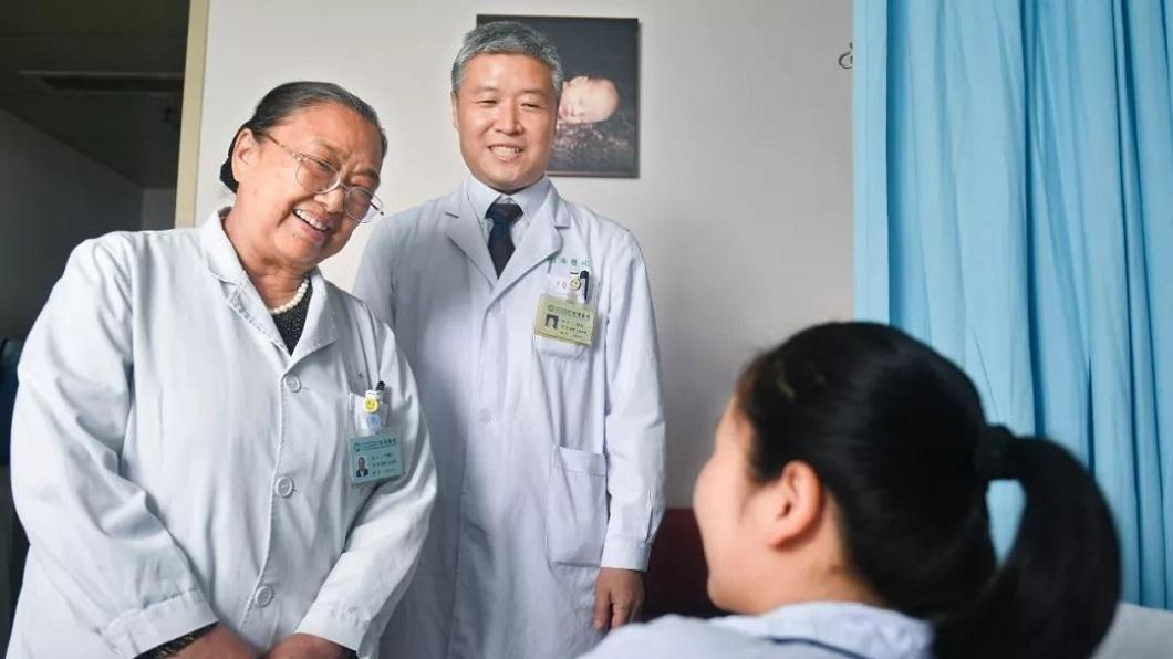 一名23歲媽媽9年前被診斷出是「石女」,經過醫師的協助下,女子在9年後順利懷孕生子。(圖/翻攝自楚天都市報) 奇蹟!14歲被診斷「石女」 9年後懷孕產子