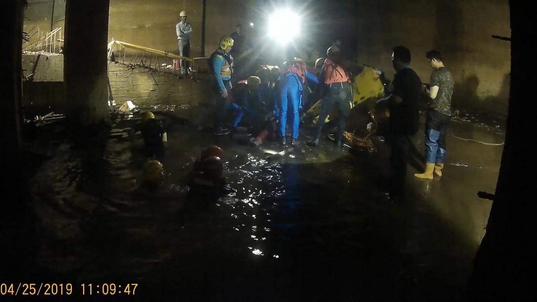 圖/台中市消防局提供 台中工地傳意外 工人疑跌落水坑送醫不治