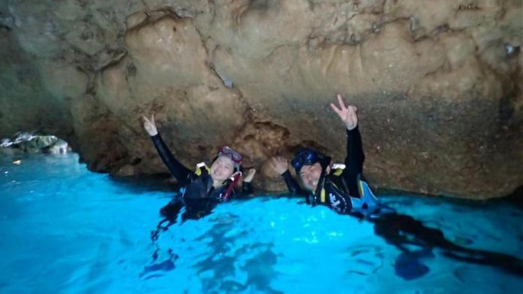 沖繩景點四季玩法-沖繩青之洞窟潛水。(圖/Tripbaa趣吧!亞洲自由行專家)