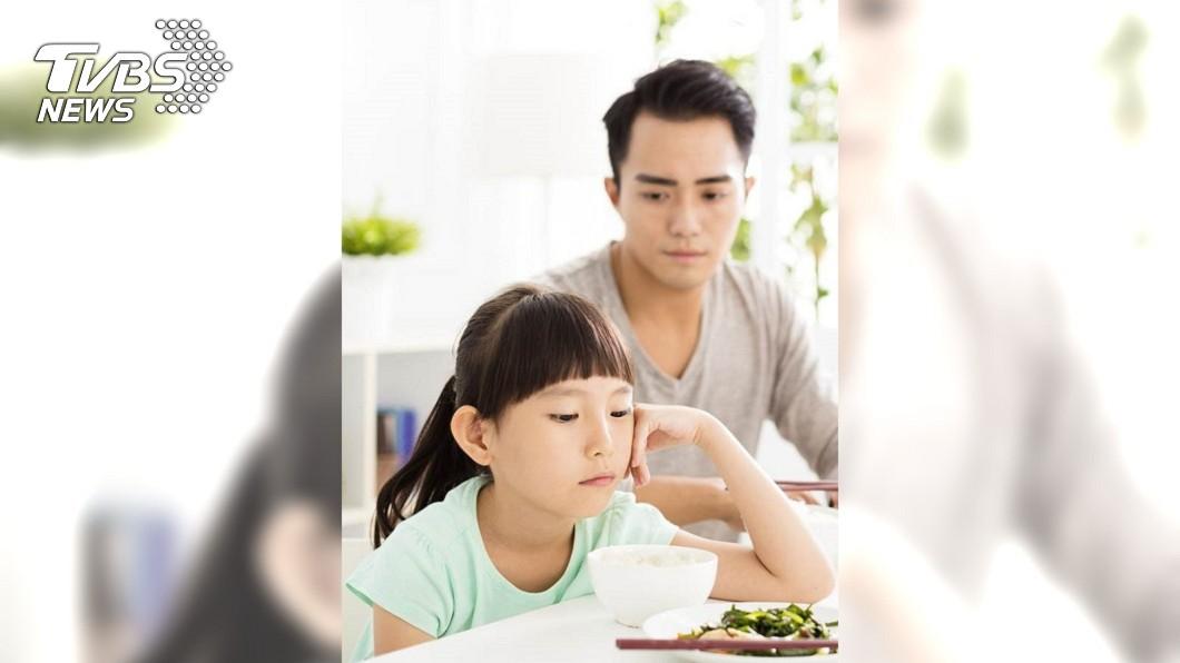 示意圖/TVBS 7歲童吃飯掉飯粒 老爸開罵「不要像狗一樣」結果慘