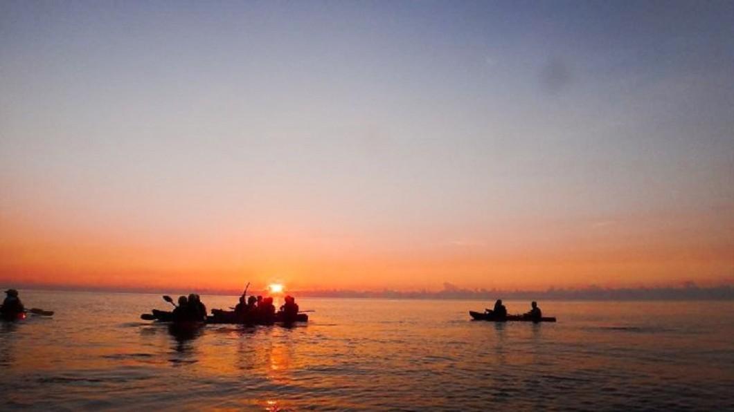 東河獨木舟。圖/Tripbaa趣吧!亞洲自由行專家 夜衝水上活動看日出! 超青春的5種玩法&景點