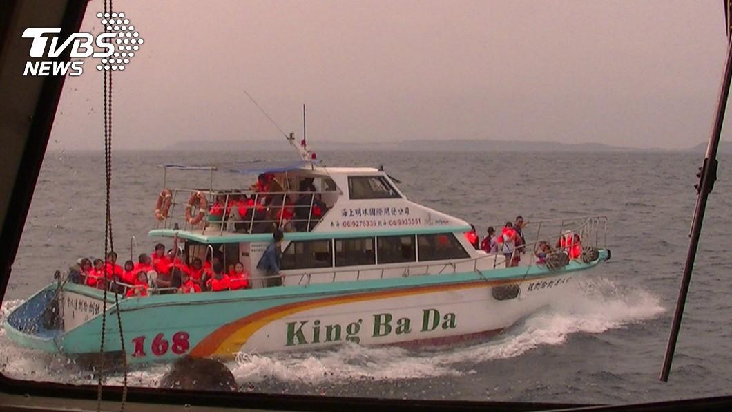 遊客穿上救生衣後,被引導換乘至另一艘遊艇。圖/TVBS 澎湖快艇冒黑煙!乘客急穿救生衣 全擠上甲板