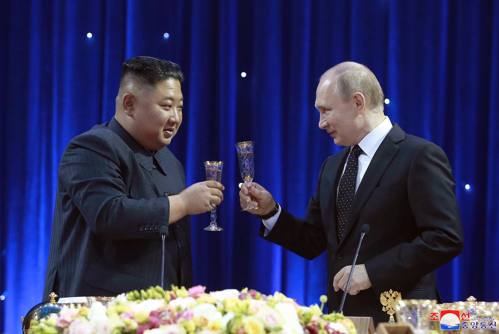 圖/達志影像美聯社 普金會互贈軍刀 俄倡議以國際法護北韓