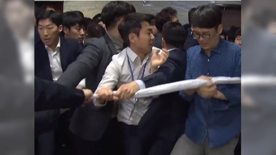 圖/翻攝自 VIDEOMUG비디오머그 YouTube 南韓國會上演全武行 拳打腳踢還拿鐵鍬破門