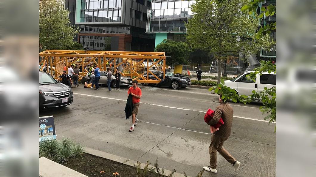 西雅圖市中心有一架起重機突然倒塌,嚇壞不少路人。圖/翻攝自推特 起重機高空砸落!6車慘被壓爛釀4死3傷