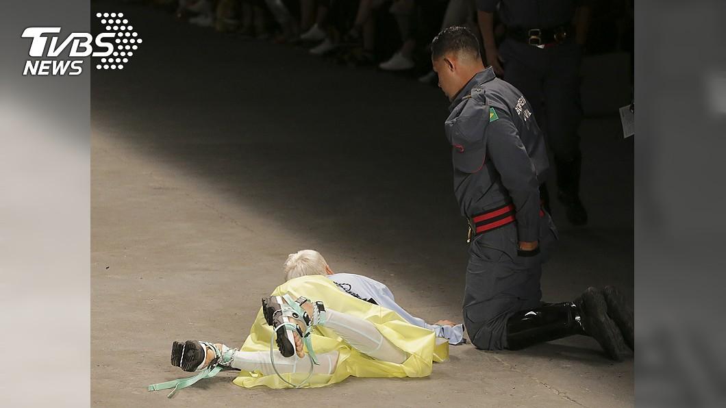 模特兒蘇亞雷斯在走秀時,意外身亡。圖/達志影像美聯社 走秀突倒地不起 男模特慘死舞台...觀眾:以為是表演