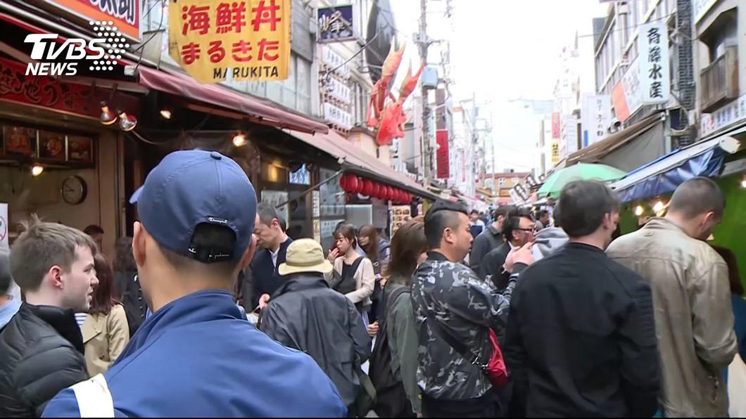 日本上班族而言,將從4月底到5月初有10天的連續假期,預期各地景點恐人滿為患。(圖/達志影像美聯社,TVBS) 爽放10天連假不開心 日本上班族怨:我不想休這麼長啊