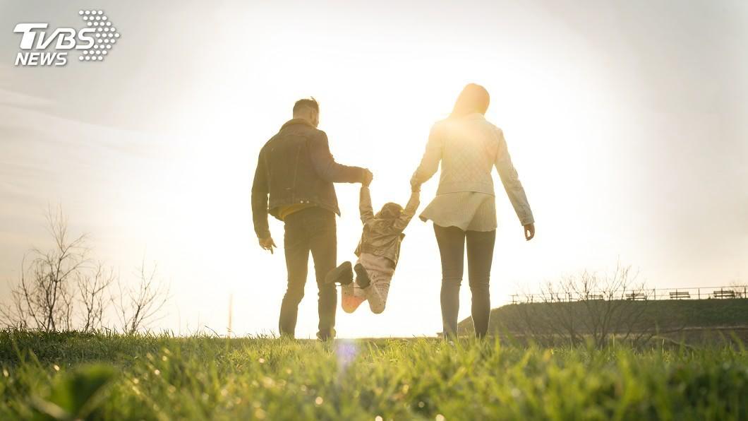 示意圖/TVBS 選擇接受孩子的來到 就要努力給他們一個基本的陪伴