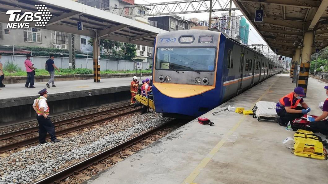 圖/中央社 台鐵埔心站 旅客疑跳軌卡在列車下