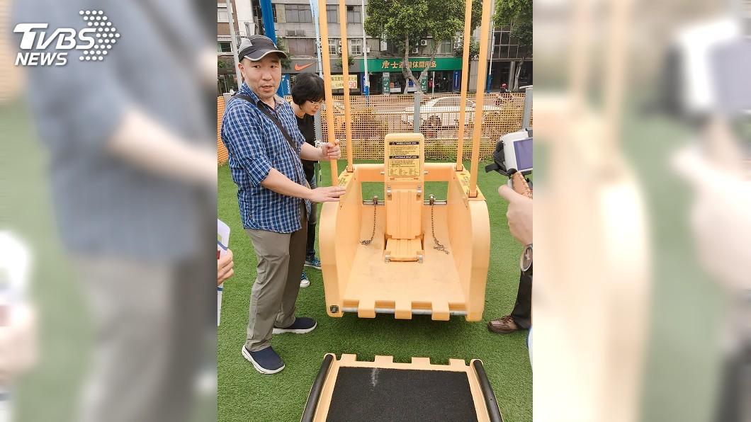 圖/中央社 中市公園引進「輪椅鞦韆」 身障者也可體驗樂趣