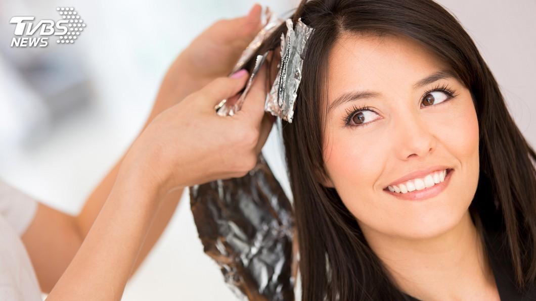 不少人會透過染髮,讓自己的視覺年齡看起來更年輕。(示意圖/TVBS) 開心用「天然染髮劑」 婦瞬間臉腫像豬頭眼險瞎