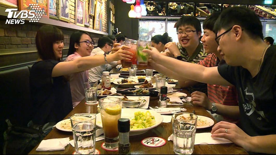 圖/TVBS 勞動節商機推優惠 牛排、下午茶買1送1