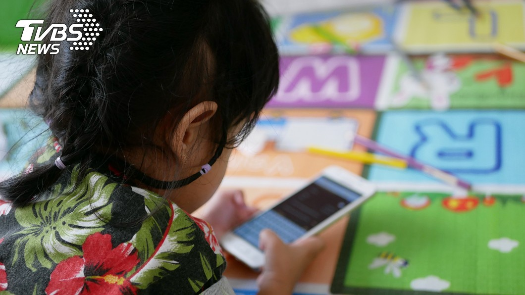 示意圖/TVBS 3歲妹拿手機玩!機靈求siri:拜託幫我解鎖 爸笑歪