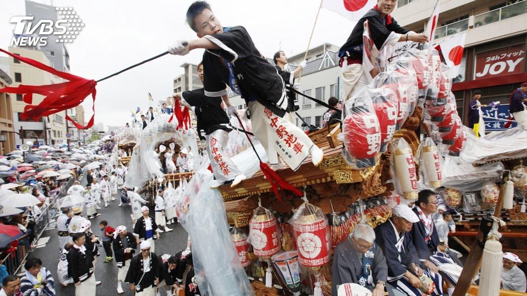 圖/達志影像美聯社 日民眾冒雨「令和」倒數 大阪跳河迎新年號