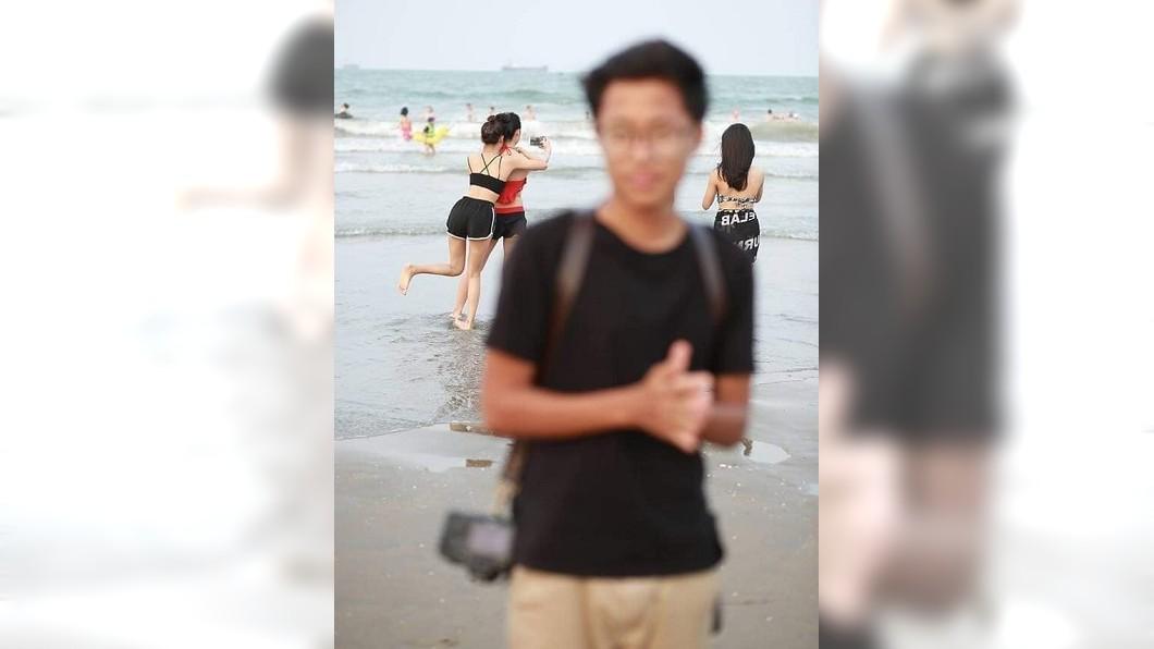 男網友難得去海邊,請朋友幫忙拍帥照,結果整個讓他哭了。(合成圖/翻攝自爆笑公社) 他「難得去海邊」…請好友幫拍帥照 內容超悲劇網狂笑
