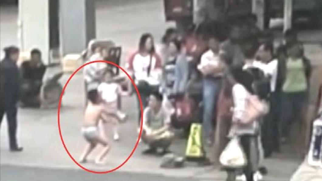 示意圖/TVBS 偷摸女同學屁股!母怒罰兒街頭「穿內褲半蹲」