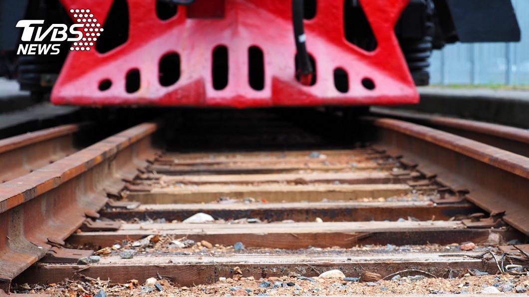 有3名青年因在鐵軌自拍而發生意外。圖/TVBS 4青年坐鐵軌自拍 「火車來跳錯邊」遺體噴飛20米