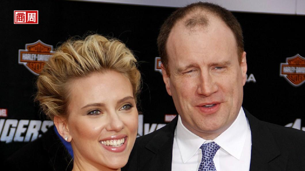 在復仇者系列電影裡飾演黑寡婦的史嘉莉喬韓森(左)與漫威影業總裁費吉(Kevin Feige)(右)。圖/商業周刊 《復仇者聯盟》之父拯救破產漫威 連拍22部賣座大片