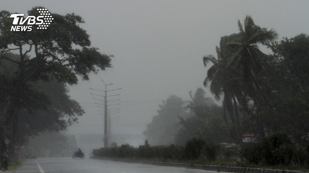 圖/達志影像美聯社 20年來最強風暴襲印度 當局連夜撤120萬人