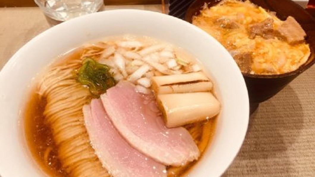 圖/翻攝自茶泡栗子微博 日本拉麵新流行 比臉大炸雞排沾湯吃更美味