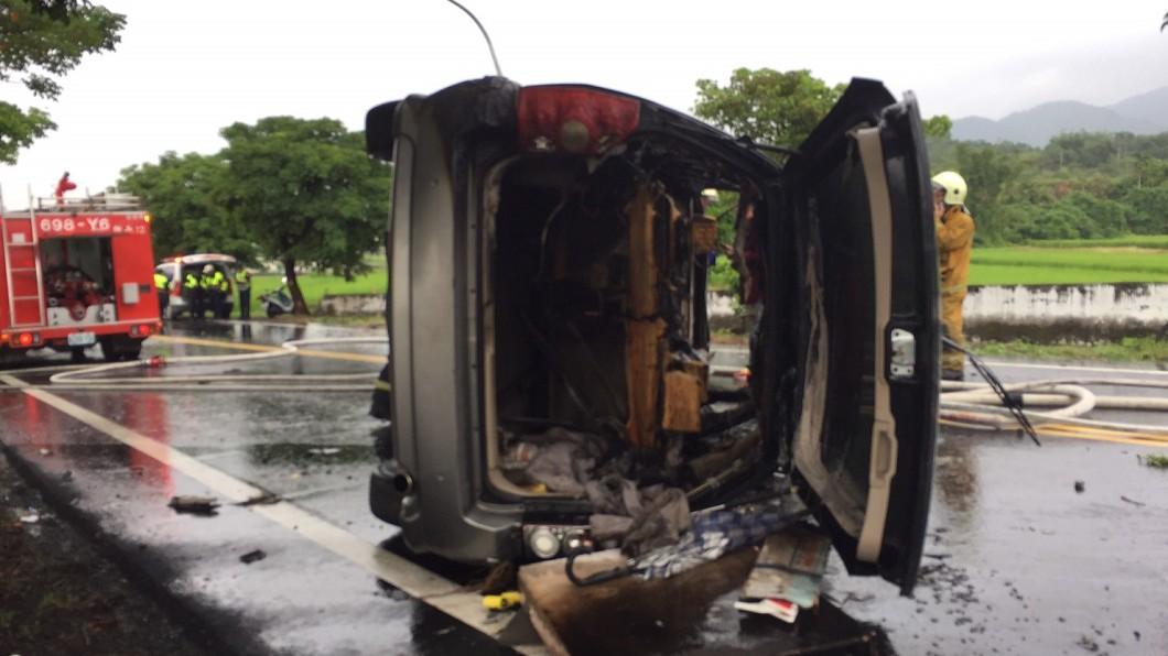 圖/玉里分局提供 火燒車!駕駛自撞路樹哭求救家人 警傻眼:車上只有他