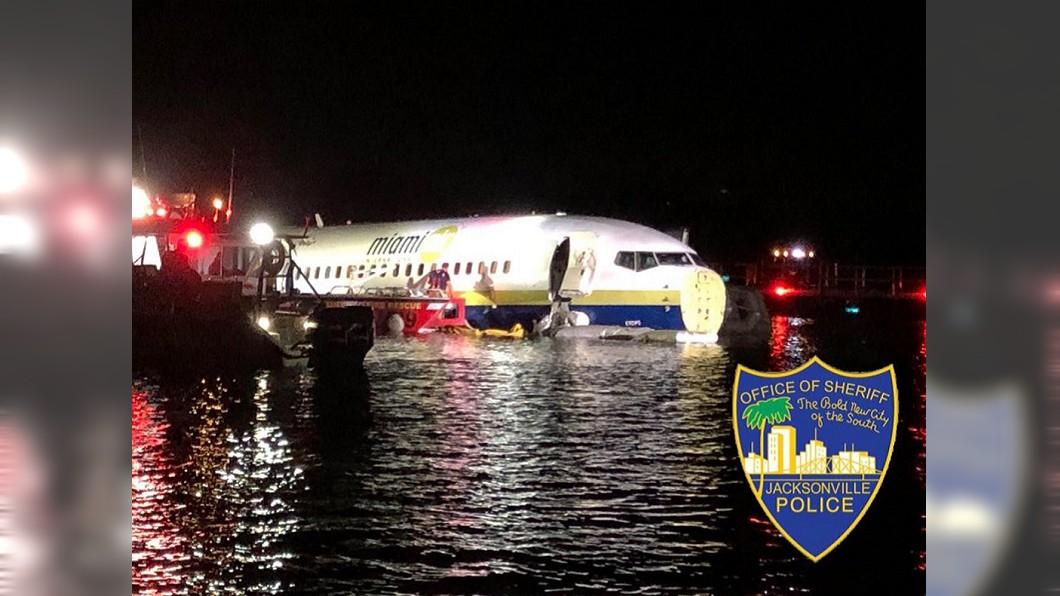 圖/翻攝推特 波音737降落衝出跑道墜河 機上136人無傷亡