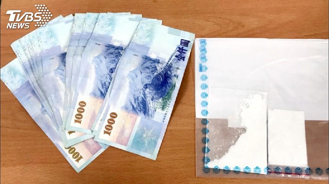 警方事後起出海洛因和只剩下2萬元的贓款。(圖/TVBS)