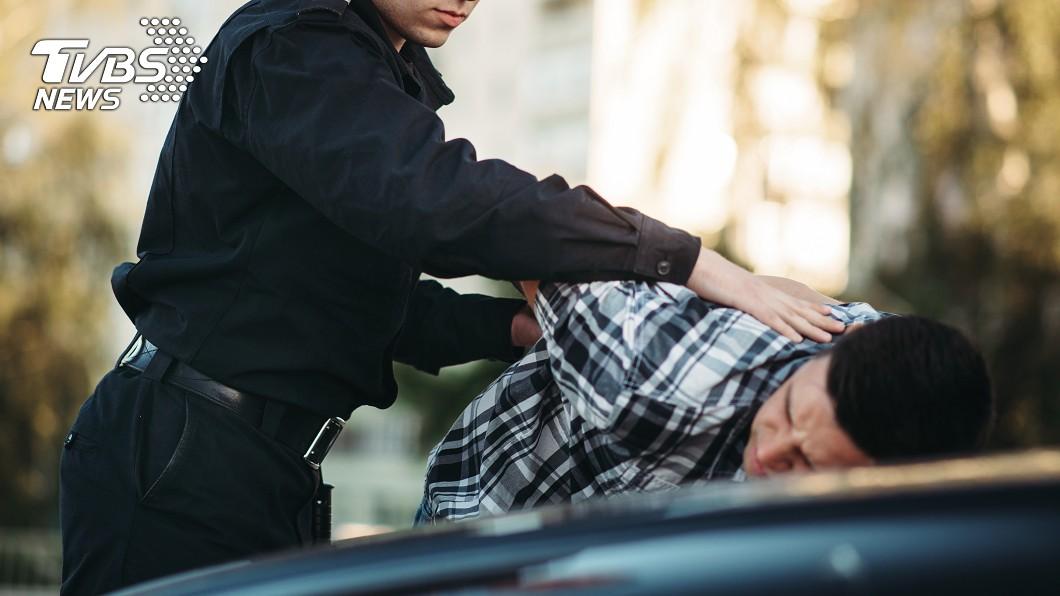 示意圖/TVBS,與該案無關 警「抬膝頂擊」制伏醉男 法官:防衛過當判拘50天