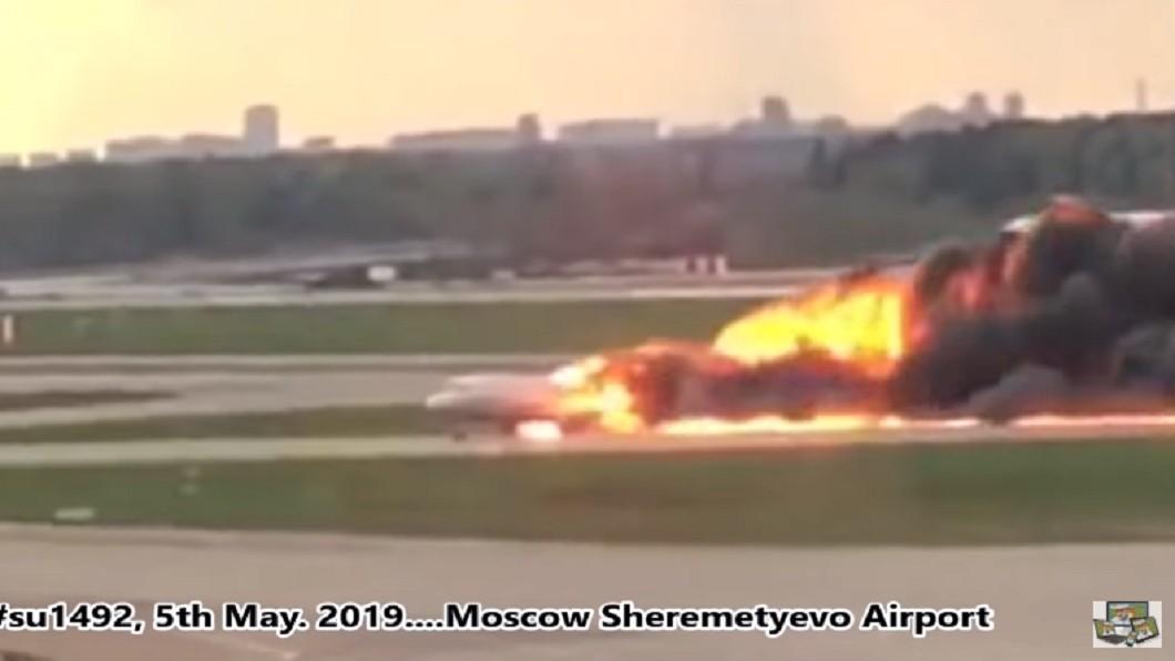 圖/翻攝自Odo Puiu Events youtube 俄羅斯客機疑硬著陸起火 機上41人罹難