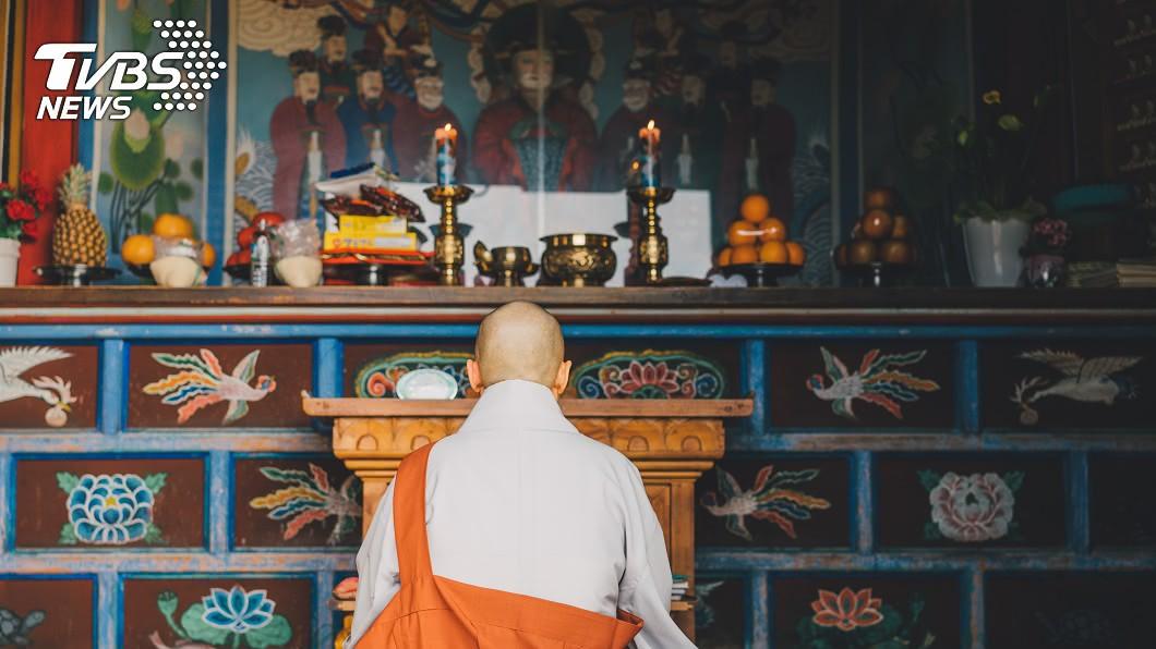 示意圖/TVBS。非當事人 2僧侶寺廟「激戰」遭偷拍 影片流出住持看傻