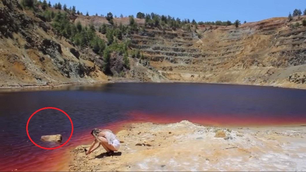 YouTuber莎拉2年前疑似意外拍攝到裝有屍體的行李箱。圖/翻攝自YouTube 網紅拍到「湖中行李箱」 2年後竟扯出連續殺人案...