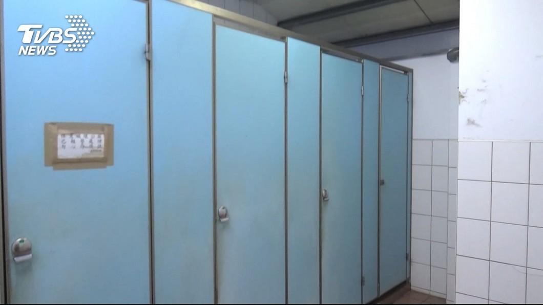 圖/TVBS 可疑男涉偷窺 店家常見他廁所前滑手機