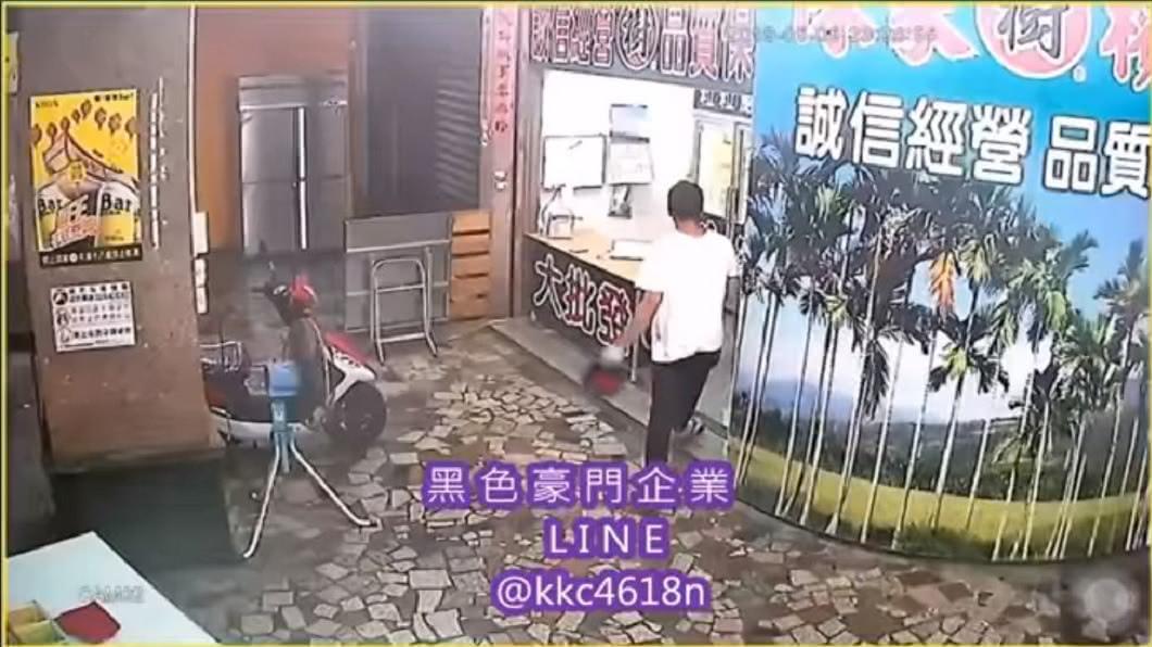 屏東東港日前深夜有一名男子手持安全帽闖入檳榔攤。(圖/翻攝自黑色豪門企業臉書粉絲團)