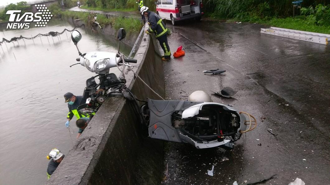 圖/中央社 騎車自撞堤防護欄「車頭車身分離」 男子彈飛跌河中