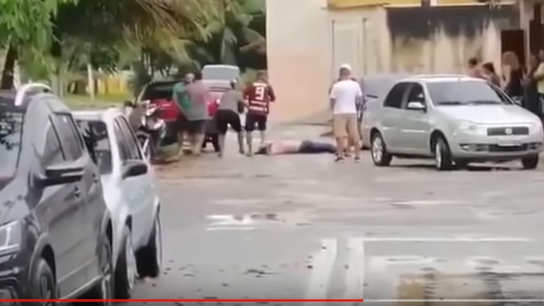 里卡多倒地不起。圖/翻攝自YouTube