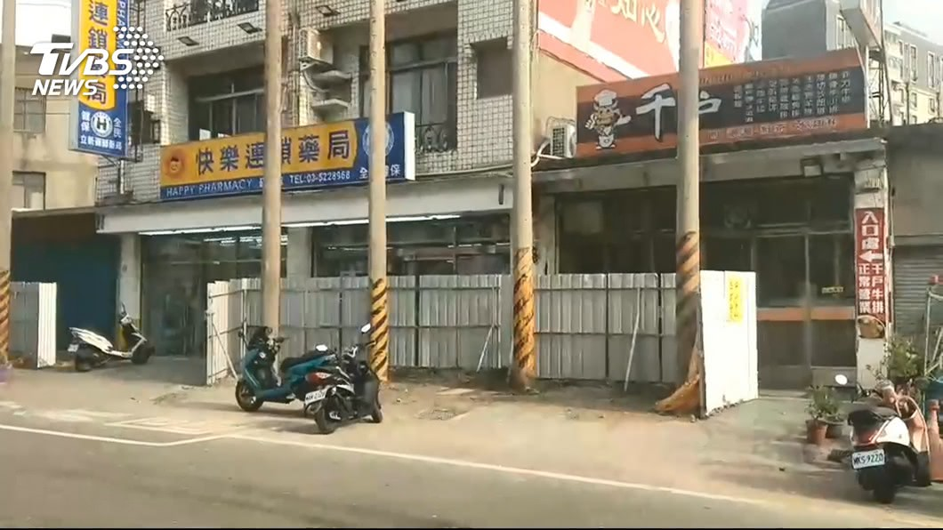 圖/TVBS 門口別人的!地主設電桿喊價 遭市府強拆