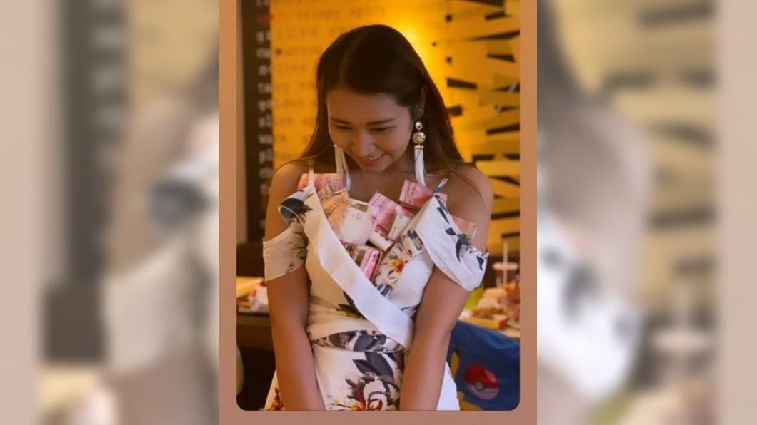 壽星胸前被塞滿鈔票。圖/翻攝新浪香港