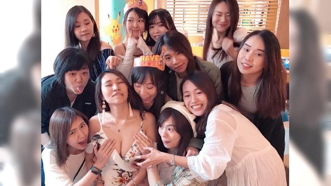 大合照時,友人的手直接放在壽星胸前。圖/翻攝新浪香港