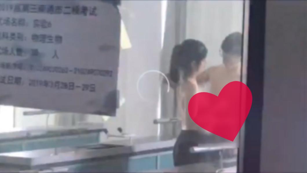 圖/翻攝微博 高中小情侶教室「赤裸聊天」 4人撞見偷拍想敲詐